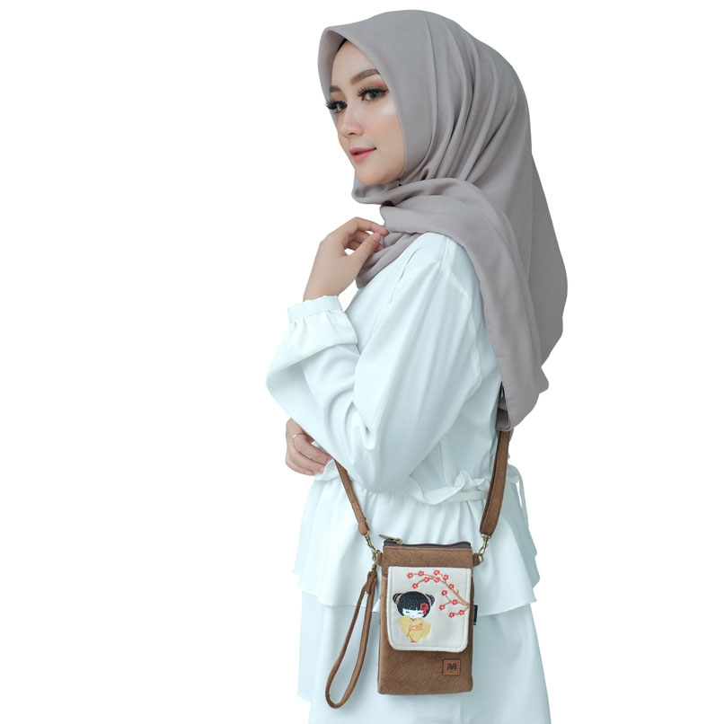 Small-Pocket-Makara-On-Model-Wanita