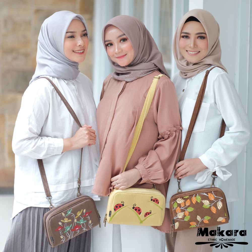 Makara Etnik Produsen Tas Dompet Wanita Indonesia MAO Authentic Organizer Chuba Nova Thipe HPO Sling Bag on model 2
